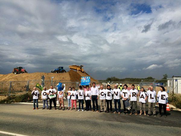 Yannick Jadot entouré des opposants à la centrale de Landivisiau