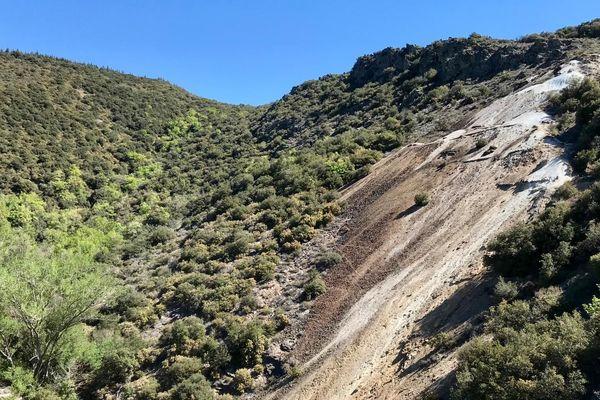 Dans l'Aude, l'arsenic qui pollue la vallée de l'Orbiel provient d'un immense stockage à l'air libre : 10.000 m3 de résidus contenant 20 grammes d'arsenic par kilo sur le site de Narteau.