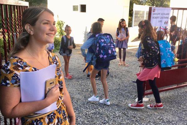 La nouvelle directrice de la nouvelle école élémentaire de Lias (32) accueille les élèves ce lundi matin.