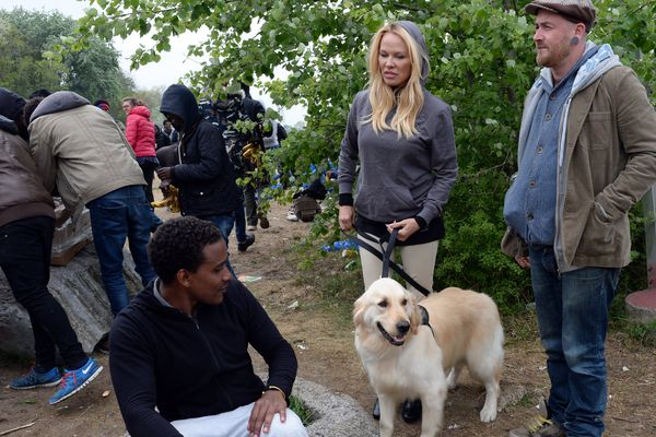 Pamela Anderson est venue participer à une distribution de repas à Calais