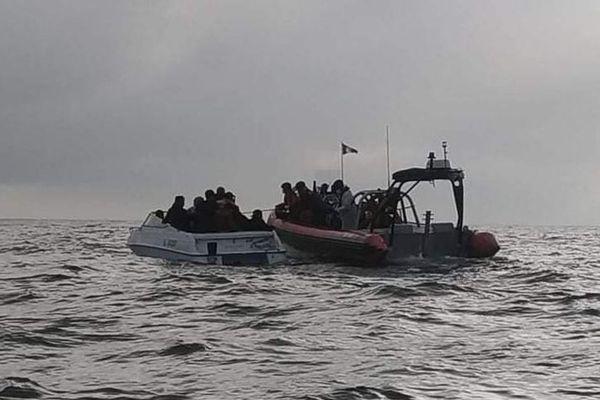Les 27 migrants secourus alors qu'ils étaient entassés à 27 sans gilets de sauvetage dans une embarcation de 6 mètres de long