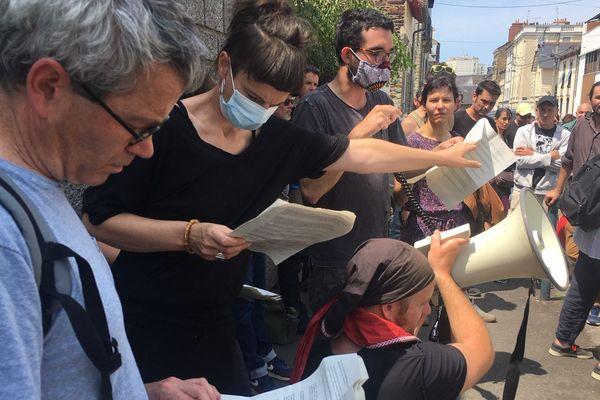 Des intermittents lisent des témoignages de soutien à Yann Gaudin, recueillis sur internet.