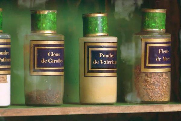 Poudre de patience, clous de girofle, ou poudre de Valériane : les flacons de l'ancienne pharmacie de Mende sont encore remplis et désormais visibles sur rendez-vous.