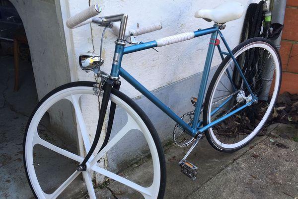 La bicyclette restaurée de Mélanie. Sa toute première création.