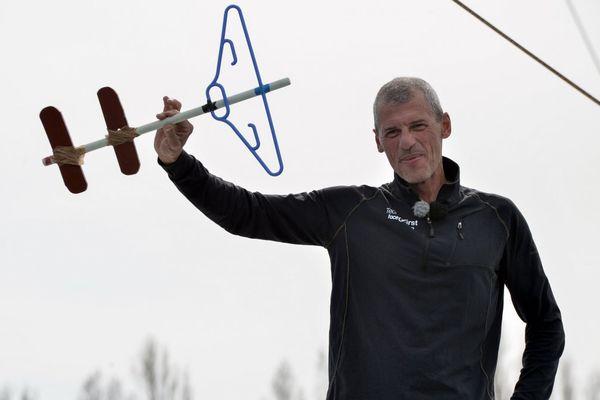 Sébastien Destremau à son arrivée aux Sables d'olonne le 11 mars 2017 avec sa clé faite maison qui clôt le Vendée Globe.