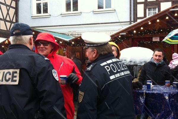 Une patrouille franco-allemande sillonne le marché de Noël à Gengenbach