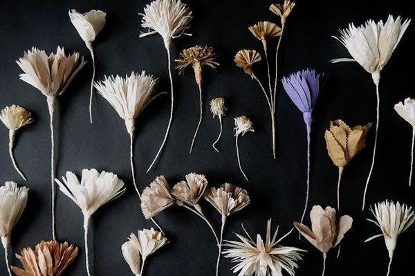 Des fleurs en papier à fabriquer chez soi... ça tombe bien ! On y est !