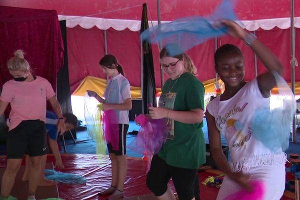 """Atelier cirque l'après-midi, atelier droits des enfants le matin, parmi de nombreuses autres activités  : 120 enfants sont en colonie de vacances """"apprenantes"""" à Vesoul cet été 2020."""
