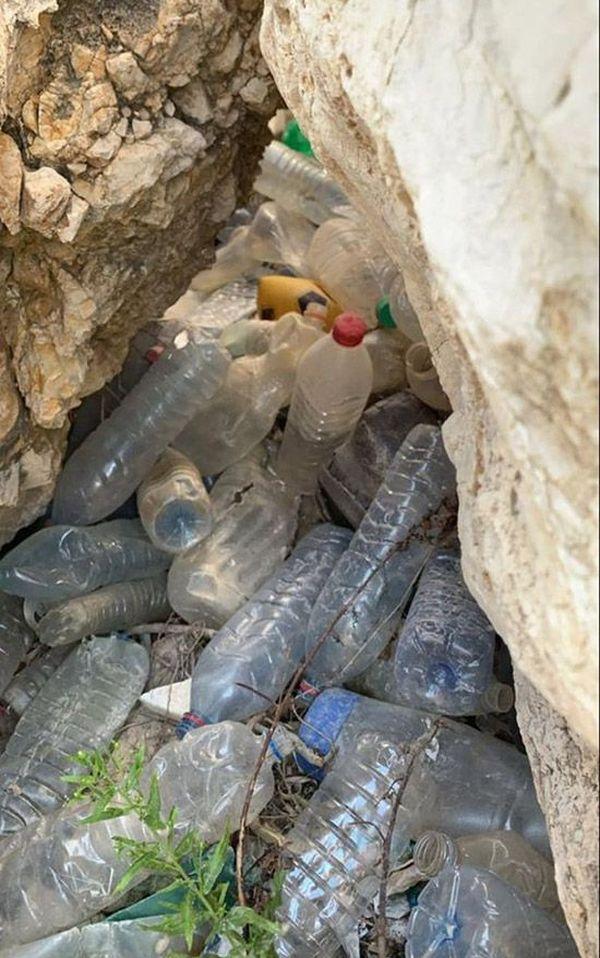 Un échantillon de déchets plastiques entassé au milieu des rochers.