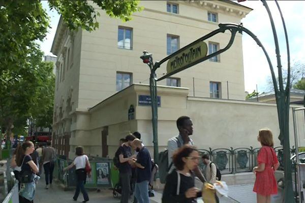 Le musée est installé place Denfert-Rochereau (14e), juste en face de l'entrée des catacombes , dans les pavillons Ledoux entièrement restaurés et réaménagés