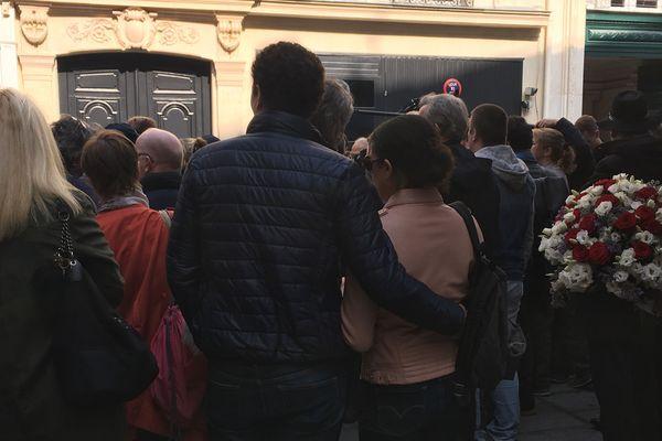 Plusieurs personnes s'étaient rassemblées ce mercredi pour rendre hommage à Roland Gosnet et observer une minute de silence après l'attaque au couteau à Opéra.