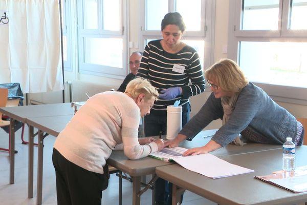 Dans un bureau de vote à Tours, le 15 mars 2020 lors du premier tour des élections municipales.
