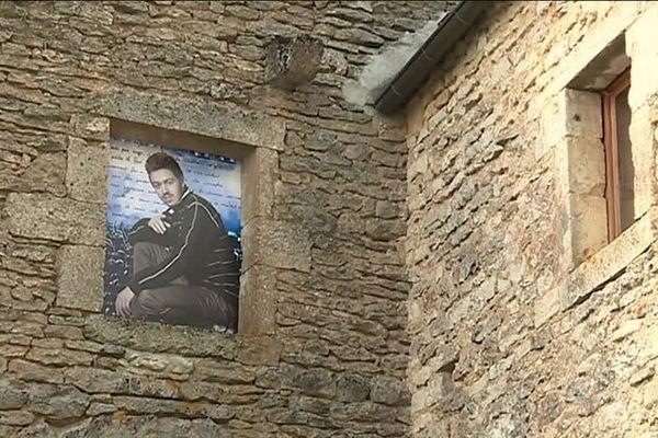 Un habitant de Flavigny-sur-Ozerain pose pour une exposition destinée à renforcer le lien social