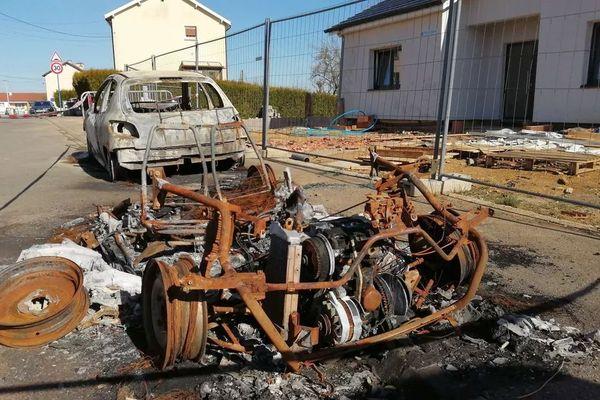 Une voiture brulée à Mont-Saint-Martin dans le Pays-Haut où les nuits de violences sont de plus en plus fréquentes.