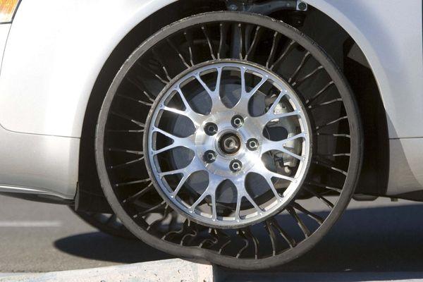 """Michelin avait dévoilé en 2005 un concept de pneu sans air intégré à la roue, le """"Tweel"""", et qui pourrait à terme, selon le groupe français, reléguer le bon vieux pneumatique aux oubliettes."""