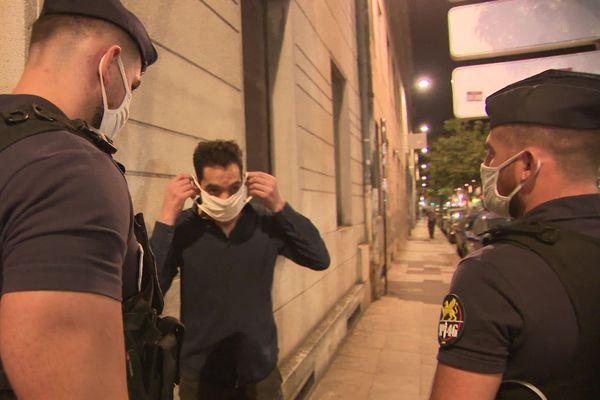 Lorsque les passants s'équipent de leur masque sans rechigner, ils ne sont pas verbalisés par les CRS en renfort dans le centre-ville de Bordeaux.