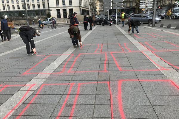De la peinture sur le sol pour symboliser les lits supprimés dans ce projet de nouveau CHU.