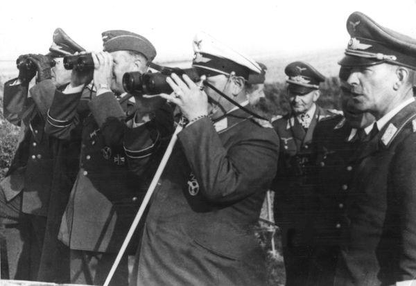 Hermann Göring (casquette blanche) observant, depuis le cap Gris-Nez, le départ de ses bombardiers vers Londres le 7 septembre 1940.