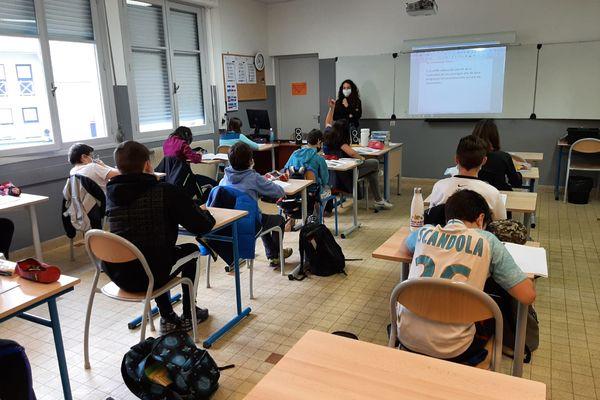 Florisa Casalle donne un cours d'histoire-géographie à une classe de Cinquième du collège Jean-Baptiste Rusca (Saint-Dalmas-de-Tende, Alpes-Maritimes), le 12 février 2021.