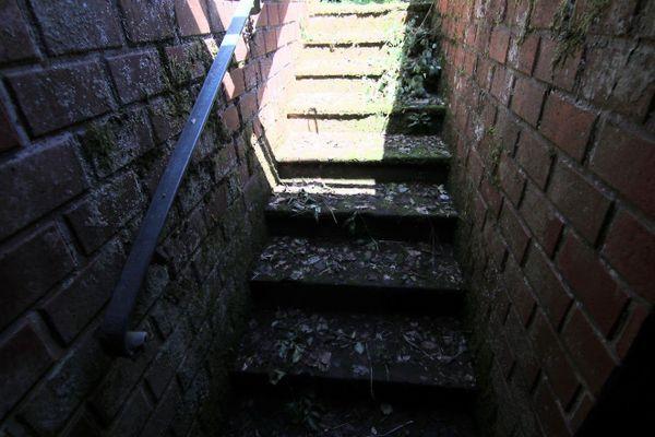 L'escalier descendant au bunker.