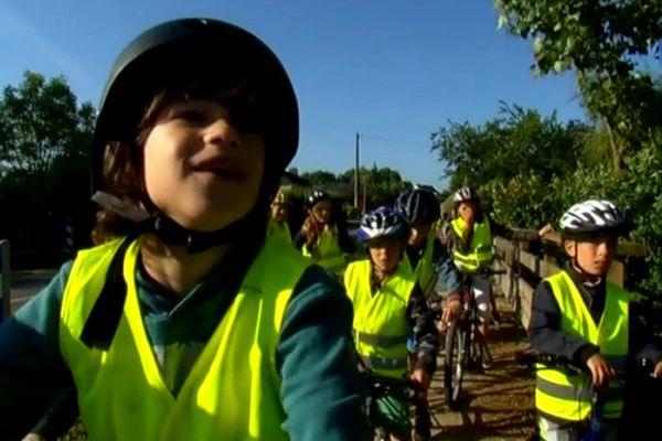A Saint-Fort, c'est vélo-bus pour les enfants, les cartables suivent dans une remorque