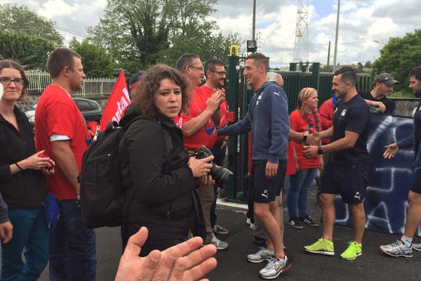 Le 3 juin, à la veille de la finale de Pro D2 où se joue l'accession au Top 14, les joueurs du Stade Aurillacois quittent le Cantal pour rejoindre Toulouse en bus. Ils n'oublient pas de saluer leurs fans.
