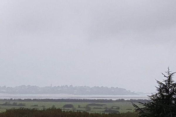 Une pluie fine sur la baie de Saint-Jacut