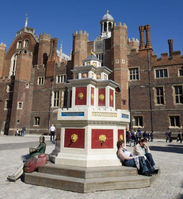 La reproduction de la fontaine à vin devant le Hampton Court, qui était le palais favori d'Henri VIII.
