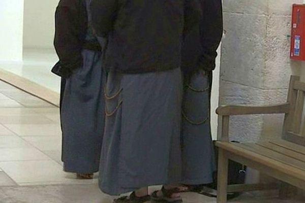 """Les membres de la communauté de Saint-Jean sont surnommés """"les petits gris"""" en raison de la couleur de leur habit."""