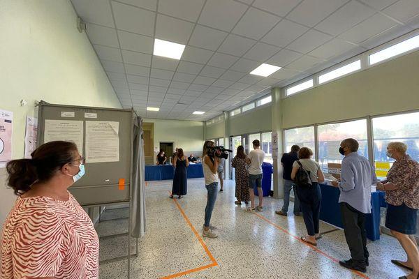 la file d'attente pour voter dans certains bureaux de vote bastiais, à 9h30