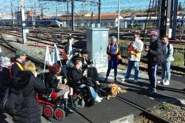 Le 24 octobre 2018 les militants de Handi-Social ont bloqué les voies de la gare de Toulouse-Matabiau