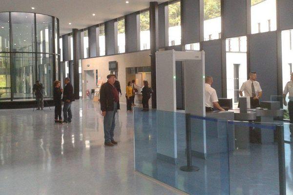 Les premiers usagers dans la salle des pas perdus du nouveau tribunal de Foix