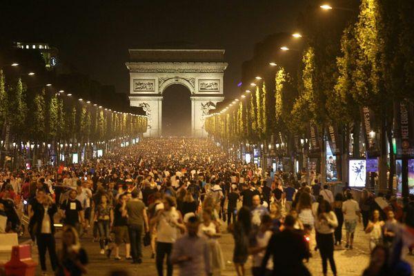 Les Champs-Elysées, à l'issue du match France/Allemagne, en demi-finale de l'Euro 2016, le 7 juillet 2016.