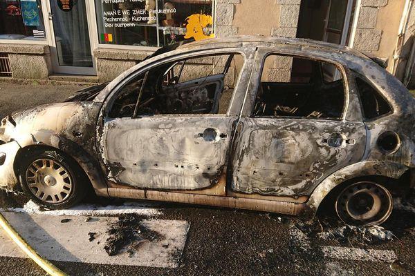Un véhicule incendié le 1er septembre 2018, avenue du Général de Gaulle, dans le centre ville de Carhaix (Finistère)