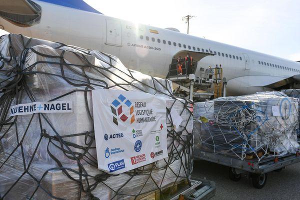 Le 1er vol à destination de la République Centrafricaine sur le tarmac de l'aéroport Lyon-Saint-Exupéry, en présence du Commissaire européen à la gestion des crises et des dirigeants de plusieurs ONG françaises, lors de son chargement, jeudi 7 mai.