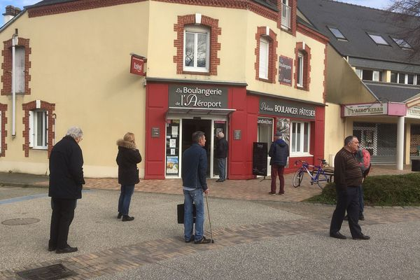 Avant le confinement, la clientèle s'approvisionne à la boulangerie de St jacques.