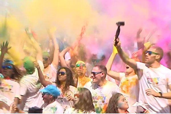 Des milliers de participants à la Happy Color devant leFuturoscope.