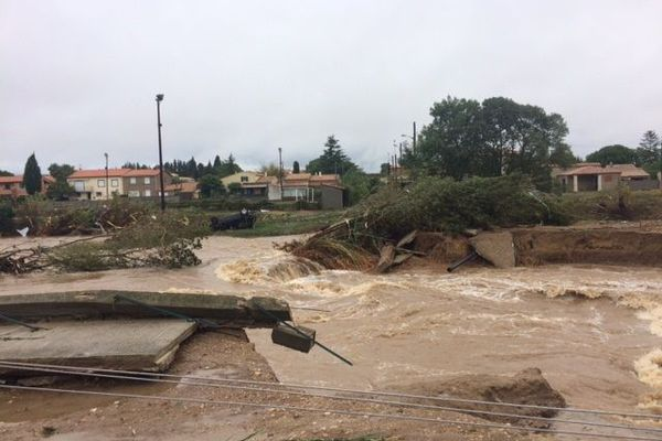 La décrue s'amorce à Villegailhenc dans l'Aude mais le ruisseau gonflé par la montée des eaux est toujours sorti de son lit.