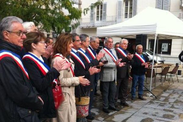 Une vingtaine de maires place de la liberté à Lons-le-Saunier ce matin, qui appelle à sauver le patrimoine que représentent nos petites communes.