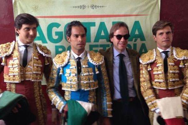 Bogotá, 22 janvier. Andrés Roca Rey, Luis Bolívar et El Juli entourent Felipe Negret , l'artisan du retour des corridas à la plaza Santamaría après 5 ans sans toros. Derrière eux, on lit sur l'affiche AGOTADA LA BOLETERÍA, plus de billets à vendre.