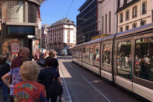 Deux tramways des lignes A et D arrêtés l'un derrière l'autre sur la même voie, près de la station Langstross.