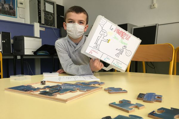 Evan présente son Pontpuzzle de Saint Nazaire, un jeu collaboratif