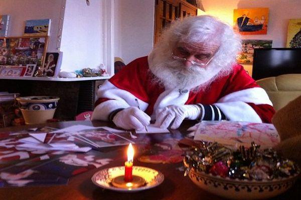 Le Père Noël dans son salon...