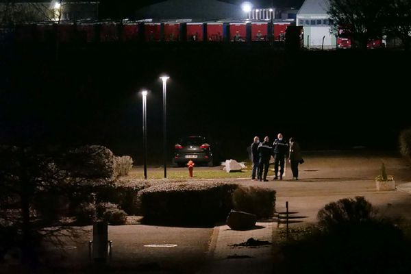 Les investigations ont duré plusieurs heures sur le parking de l'entreprise Knauf, à Wolfgantzen, après la découverte du corps d'Estelle Luce dans sa voiture.