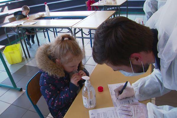 Les premiers tests salivaires d'écoliers du Pas-de-Calais ont été réalisés à Aix-Noulette, près de Lens.