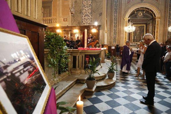Chaque année, deux cérémonies ont lieu à Nice et à Ajaccio pour rendre hommage aux 95 personnes décédées dans le crash. Sur cette image, les familles des victimes assistent à une messe dans la cathédrale d'Ajaccio en septembre 2018.