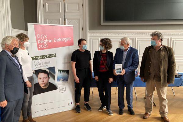 Le lauréat David Fortems (en noir) aux côtés des enfants de Régine Deforges ainsi que du maire de Limoges et son adjoint à la culture à la mairie de Limoges le 6 mai 2021