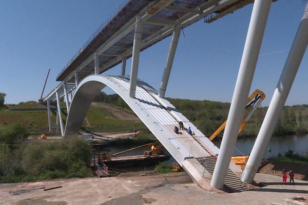 Le nouveau pont sur la rivière Mayenne partie du contournement routier de Château-Gontier