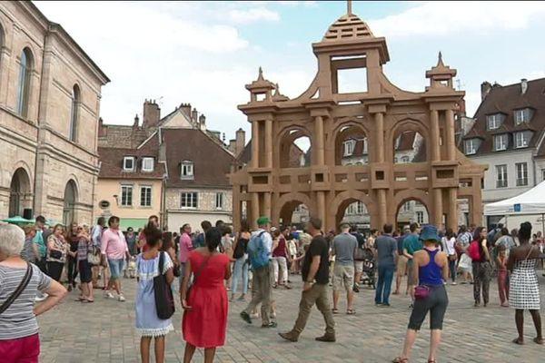 L'arc de triomphe imaginé par Vauban et repensé par Olivier Grossetête a pris place devant le musée des Beaux-Arts de Besançon ce samedi 7 juillet.