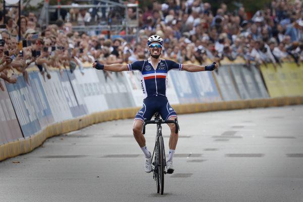 Julian Alaphilippe entre dans l'histoire du cyclisme français lorsqu'il passe la ligne d'arrivée.